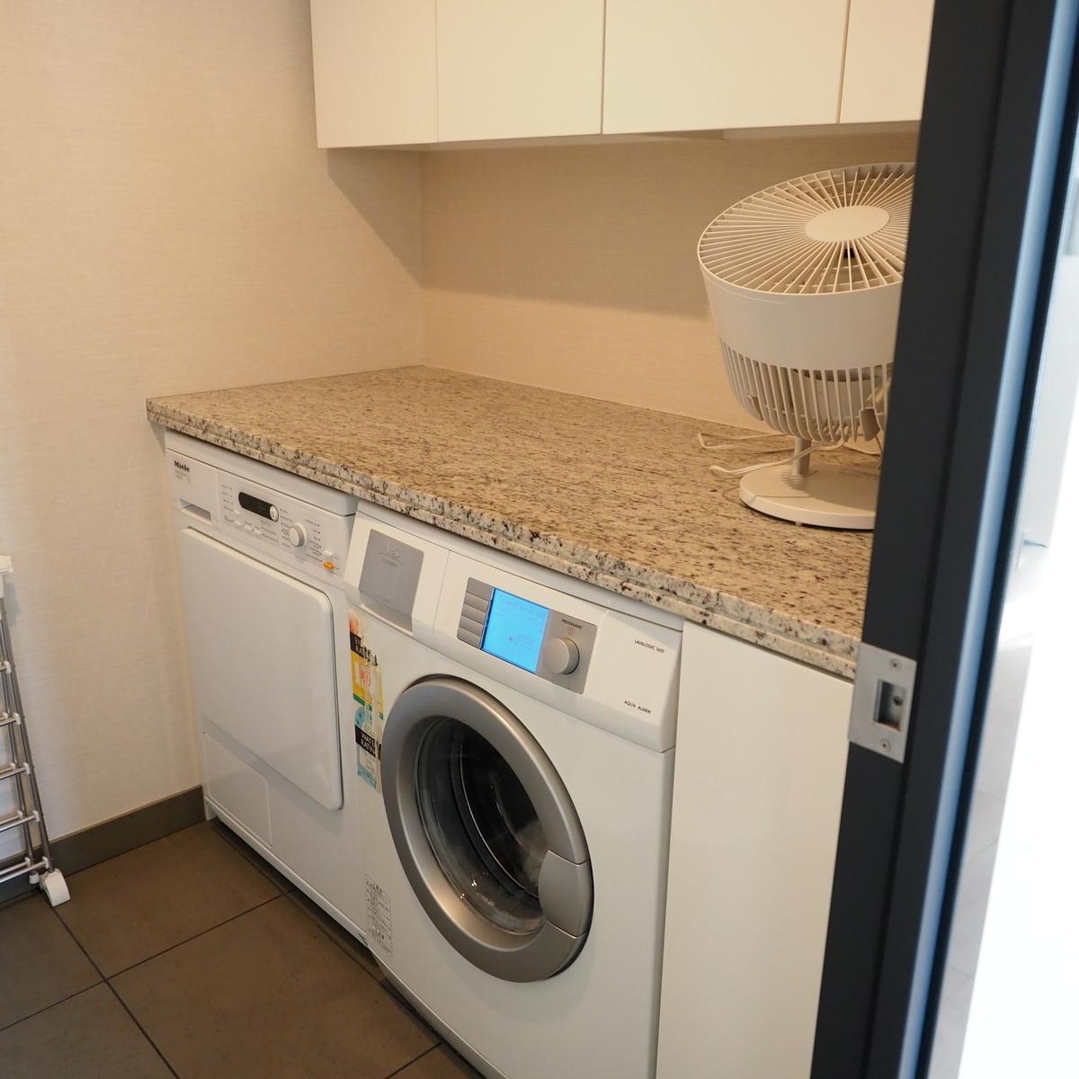 ミーレとAEGの洗濯機があるランドリールーム